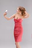 Blonde Frau macht selfie am Telefon Lizenzfreie Stockfotos