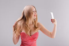 Blonde Frau macht selfie am Telefon Stockfotografie