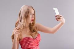 Blonde Frau macht selfie am Telefon Lizenzfreie Stockbilder