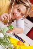 Blonde Frau malte ein grünes Ei Lizenzfreies Stockbild