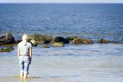 Blonde Frau in Meer Stockfotografie