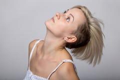 Blonde Frau mit angehobenem Kopf Lizenzfreie Stockfotos