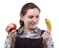 Blonde Frau mit Apfel und Banane Stockbilder