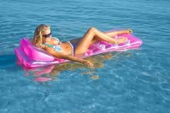 Blonde Frau mit aufblasbarem Floß Lizenzfreie Stockfotografie