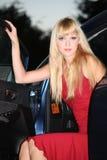 Blonde Frau mit Auto Stockbilder