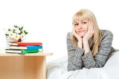 Blonde Frau mit Büchern Stockfotos