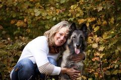 Blonde Frau mit belgischem Schäferhund Lizenzfreies Stockbild