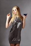 Blonde Frau mit blauem Cocktail Lizenzfreies Stockfoto