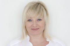 Blonde Frau mit blauen Augen im Weiß Lizenzfreie Stockbilder