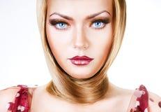 Blonde Frau mit blauen Augen und dem Haar Lizenzfreie Stockbilder