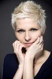 Blonde Frau mit blauen Kontaktlinsen Stockfotos