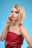 Blonde Frau mit bloßen Schultern Stockfotos