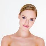 Blonde Frau mit bloßen Schultern im Studio Stockfotografie