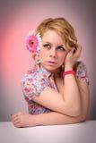 Blonde Frau mit Blume Lizenzfreie Stockfotografie