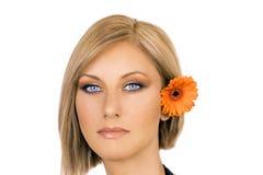Blonde Frau mit Blume im Haar Lizenzfreies Stockfoto