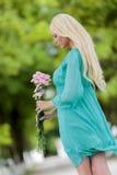 Blonde Frau mit Blumen Stockbilder