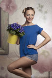 Blonde Frau mit Blumen Stockfotos