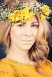Blonde Frau mit Blumen Lizenzfreie Stockbilder