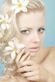 Blonde Frau mit Blumen Lizenzfreie Stockfotografie