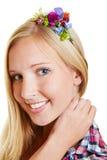 Blonde Frau mit Blumen in ihrem Haar Stockfotografie