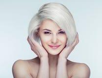 Blonde Frau mit braunen Augen Stockbild