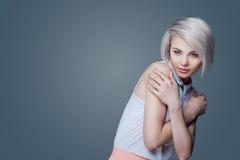 Blonde Frau mit braunen Augen Stockfotos