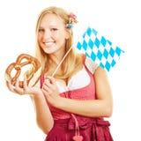 Blonde Frau mit Brezel Lizenzfreie Stockfotos