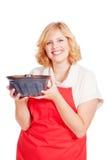 Blonde Frau mit bundt Kuchen und rotem Schutzblech Lizenzfreies Stockfoto