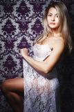 Blonde Frau mit buntem Make-up Stockfoto