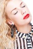Blonde Frau mit buntem Make-up Lizenzfreie Stockbilder