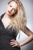 Blonde Frau mit buntem Make-up Lizenzfreie Stockfotografie