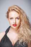 Blonde Frau mit buntem Make-up Lizenzfreies Stockbild