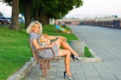 Blonde Frau mit Chihuahua im Park. Lizenzfreie Stockfotos