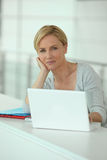 Blonde Frau mit Computer Lizenzfreie Stockbilder