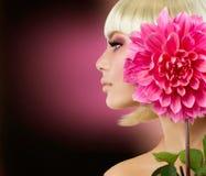 Blonde Frau mit Dahlie-Blume Lizenzfreies Stockfoto