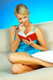 Blonde Frau mit Datebook Stockbilder