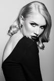 Blonde Frau mit dem bezaubernden Haar und bilden Stockfotografie