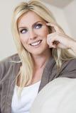 Blonde Frau mit dem blaue Augen-Lächeln Stockfotos
