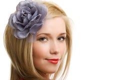 Blonde Frau mit dem Blumennahaufnahmeportrait getrennt Stockbilder