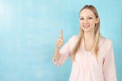 Blonde Frau mit dem Daumen oben Lizenzfreies Stockbild