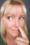 Blonde Frau mit dem Finger in ihrer Wekzeugspritze Lizenzfreies Stockbild
