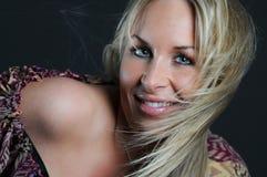 Blonde Frau mit dem flatternden Haar Stockfoto