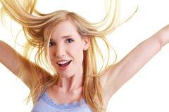 Blonde Frau mit dem Flugwesenhaar Stockfoto