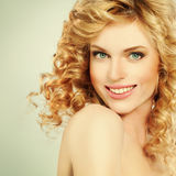 Blonde Frau mit dem gelockten Farbtonhaar Stockfotos