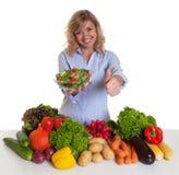 Blonde Frau mit dem Gemüse und grünem Salat, die Daumen zeigen Stockbilder