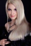 Blonde Frau mit dem gesunden langen Haar getrennt Stockbild