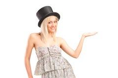 Blonde Frau mit dem Hutgestikulieren Stockfotografie