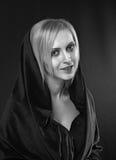 Blonde Frau mit dem Kopf umfaßt Stockfoto