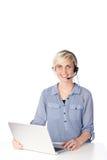 Blonde Frau mit dem Kopfhörer, der Kamera betrachtet Lizenzfreie Stockbilder