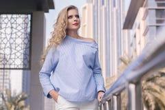 Blonde Frau mit dem langen gelockten Haar Stockbilder
